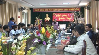 Đồng chí Nguyễn Thị Lĩnh, Tỉnh ủy viên, Phó Chủ tịch UBND tỉnh thăm, chúc tết Bệnh viện Phụ sản Thái Bình.